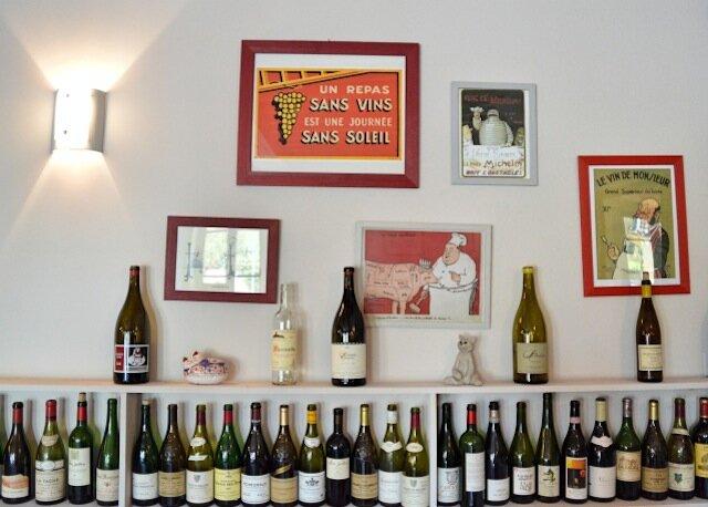 intérieur - vins - restaurant le chat à villechaud